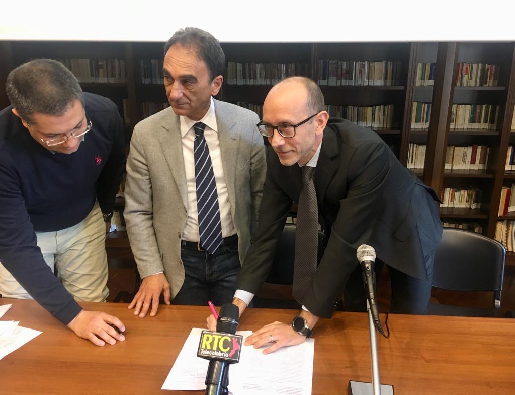 Photo of Open Fiber firma una convenzione con Catanzaro: 200 km di fibra ottica in città entro 18 mesi