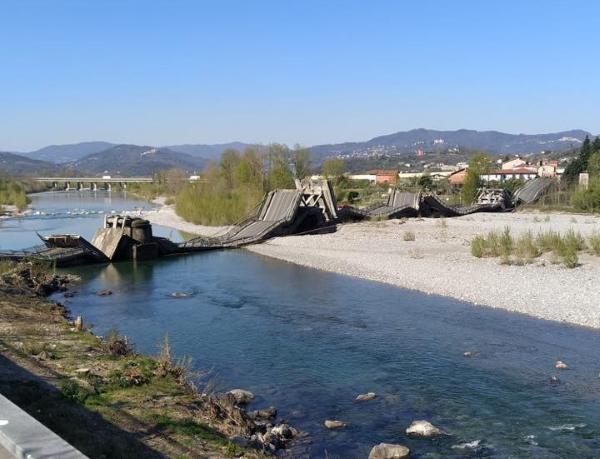 Photo of Crolla un ponte a Massa Carrara. Un ferito, coinvolto un furgone dei tecnici TIM